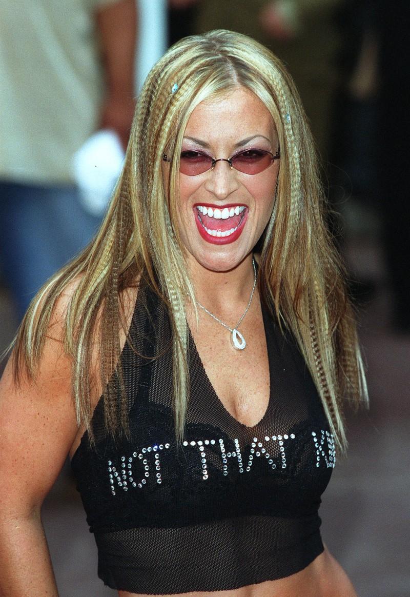 Anastacia trägt sogar beide Beautytrends der 90er: Getönte Sonnenbrille und gekreppte Haare.