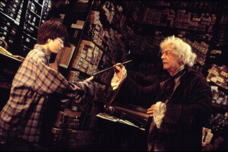 """Der sympathische Zauberstabmacher """"Ollivander"""" spielte vor allem im ersten Teil von """"Harry Potter"""" eine große Rolle."""