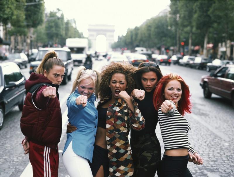 Die Spice Girls stehen in einer Straße in Paris