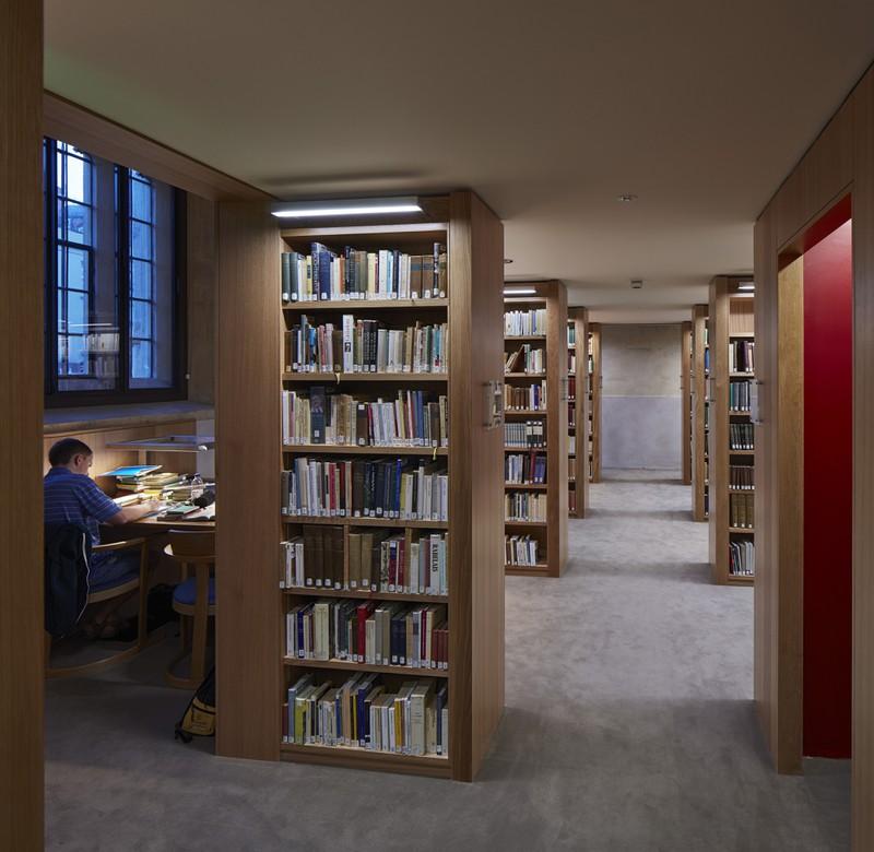 Zu sehen ist eine Bibliothek mit vielen Bücherregalen