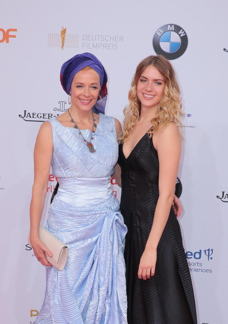 Paula Riemann zusammen mit ihrer Mutter Katja.