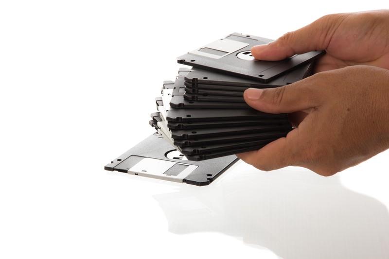 Close-Up: Ein Mann hält Disketten in den Händen