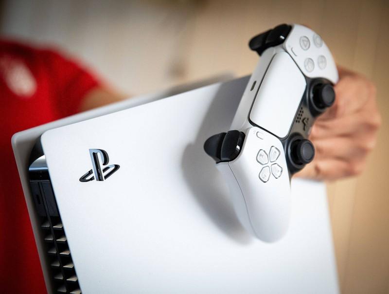Eine weiße Playstation 5.