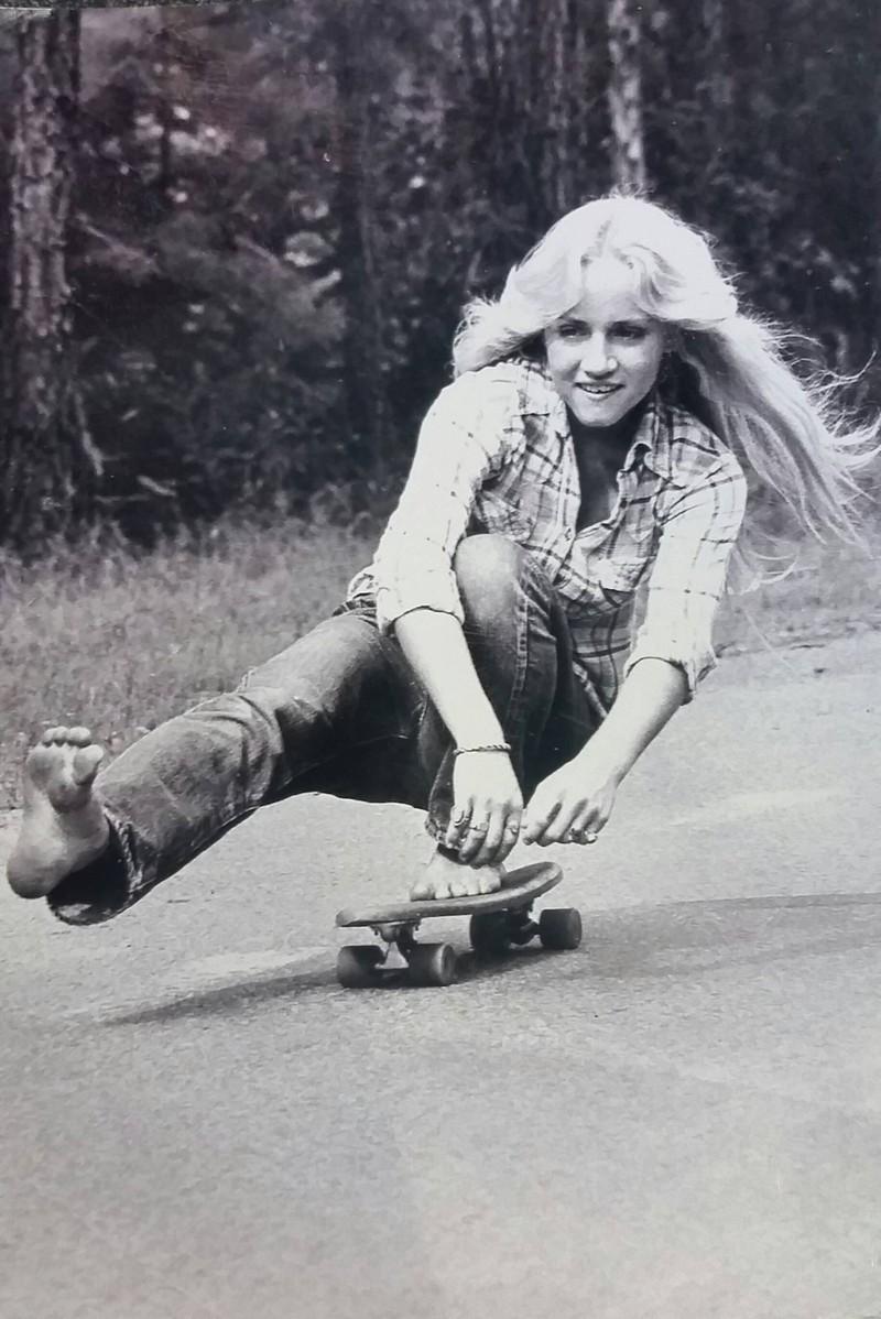 Auch nach heutigen Maßstäben sehr cool: Eine junge Frau auf dem Skateboard
