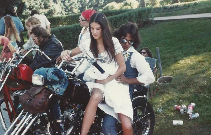 Coole Hochzeit: Ein junges Brautpaar auf einem Motorrad