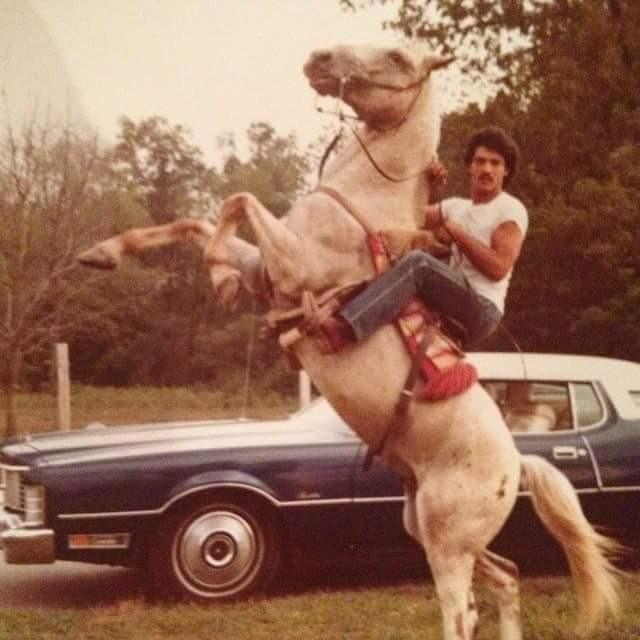 Der Vater eines Reddit-Users in jungen Jahren auf einem Pferd