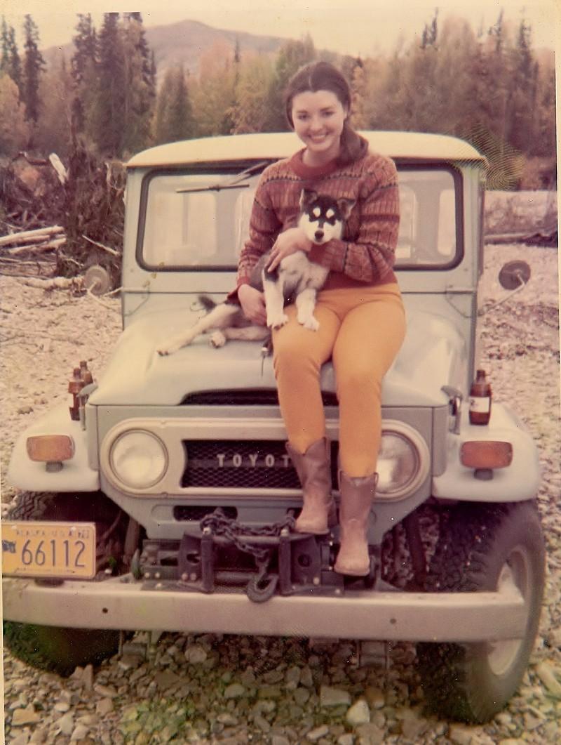 Echter Alaska-Look: Die Mutter eines Users in jungen Jahren mit Husky und Jeep