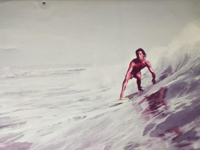Ein junger Mann auf einem Surfboard