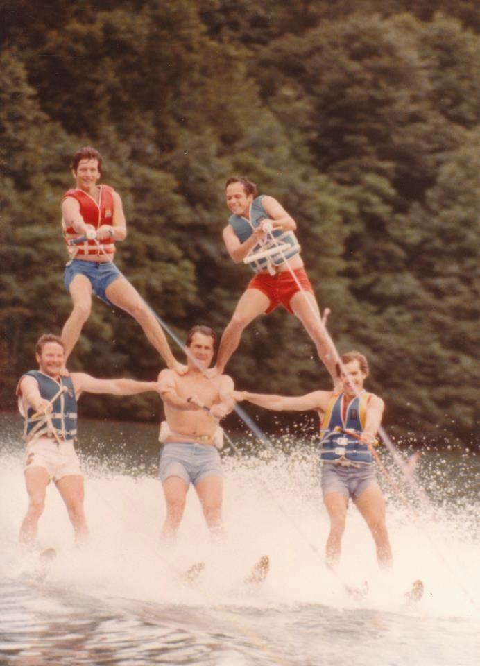Fünf Männer formen eine spektakuläre Pyramide beim Wasserski