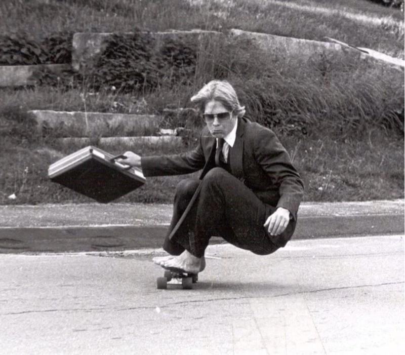 Skateboard und Business-Look - für den coolen Vater kein Problem!