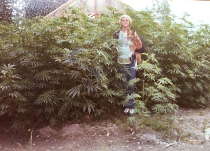Verdächtige Pflanzen: Eine junge Frau inmitten ihres Gartens