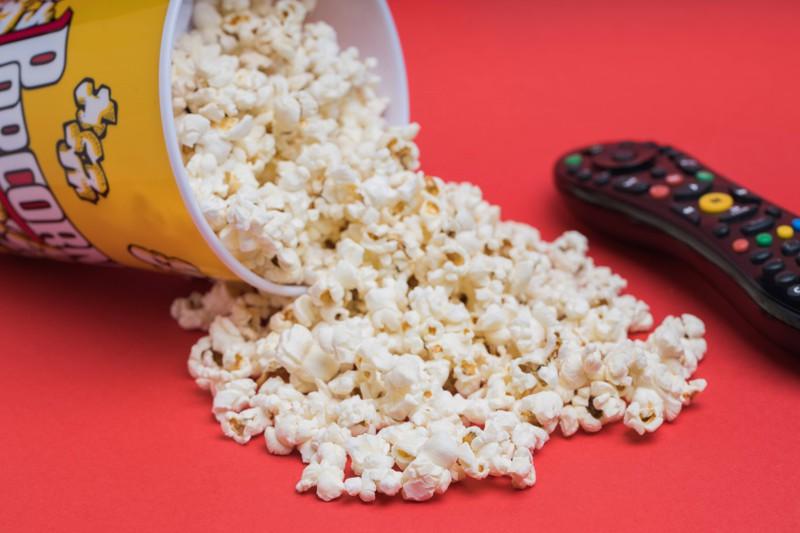 Popcorn und eine Fernbedienung