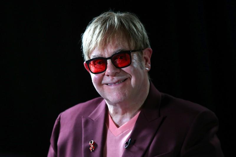 Es geht um Promis, die eigentlich anders heißen und auf dem Bild sieht man das Promi Elton John.