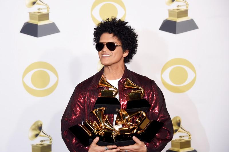 Es geht um Promis, die eigentlich anders heißen und auf dem Bild sieht man das Promi Bruno Mars.