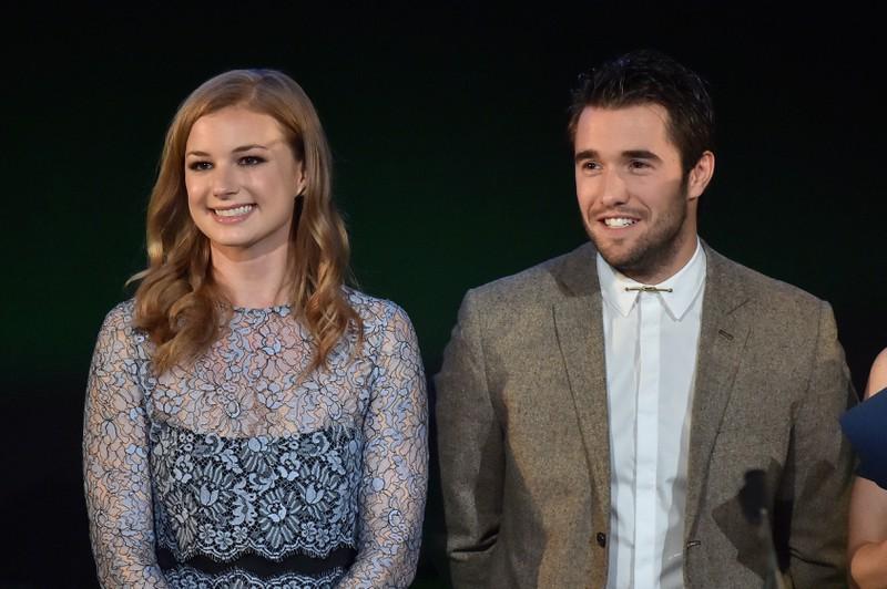 Auf dem Bild sieht man Emily VanCamp und Josh Bowman