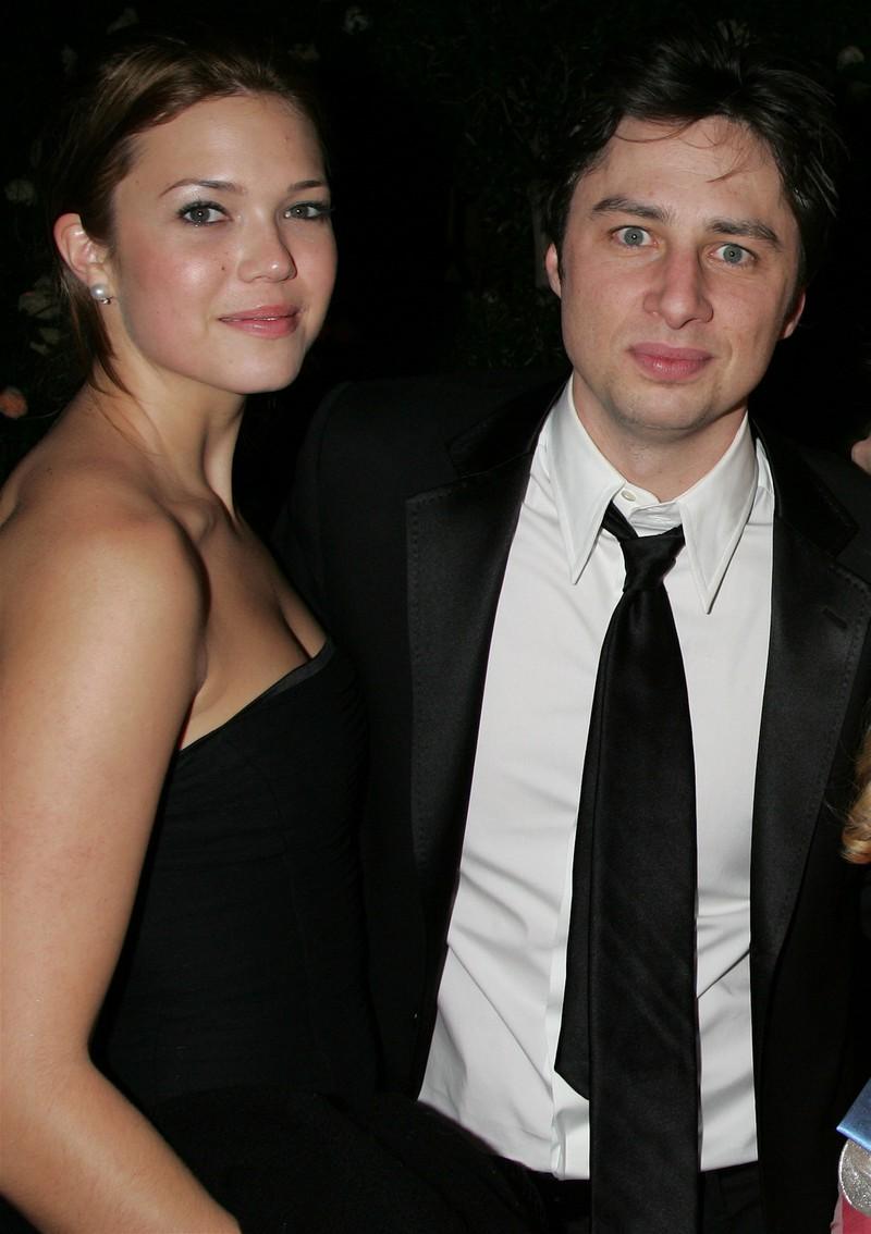 Auf dem Bild sieht man Zach Braff und Mandy Moore, die früher mal ein Paar waren.