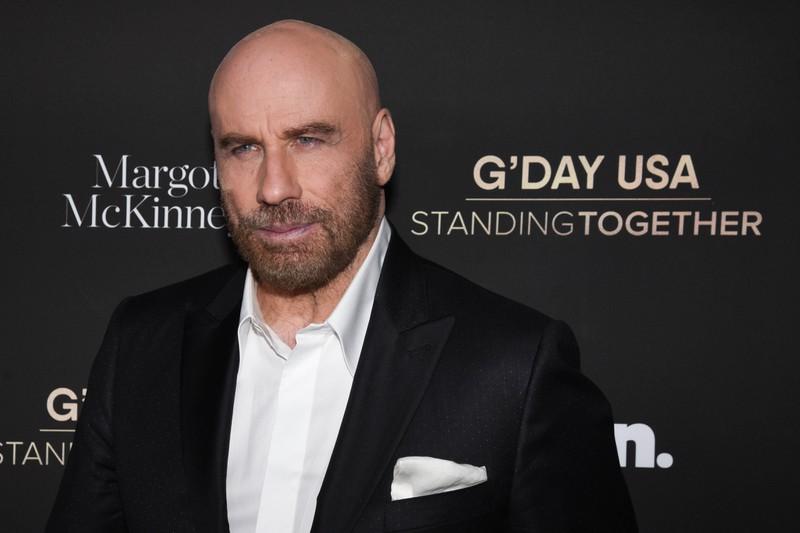 Es geht um schöne Promis und man sieht John Travolta.