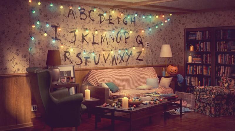 """Man sieht das Wohnzimmer von """"Stranger Things"""" und das Wohnzimmer gibt es jetzt bei IKEA."""
