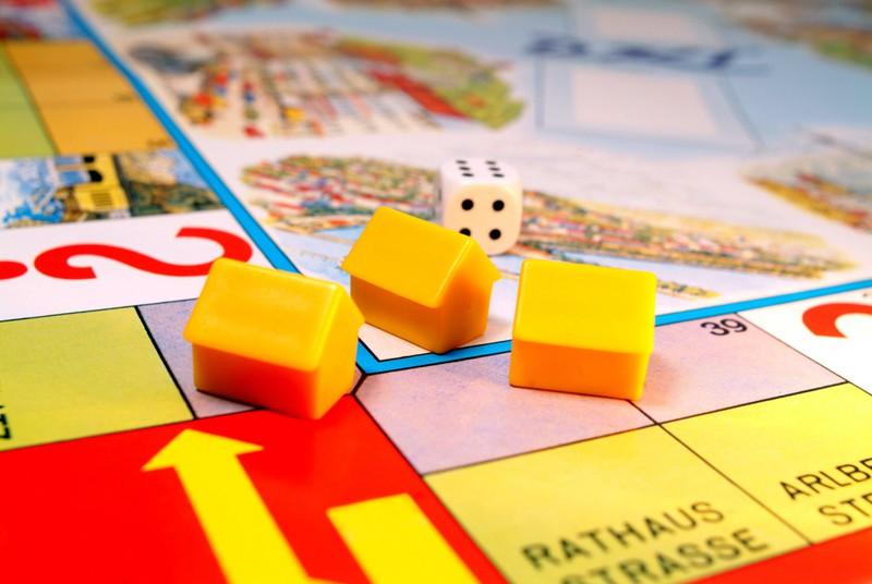 Dieses Bild zeigt ein Monopoly Spiel, bei dessen neuer Variante man künftig nicht mehr schummeln kann.