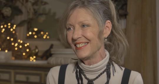 Man sieht Anne Schedeen und es geht um die Darsteller von Alf heute.