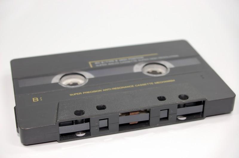 Man sieht eine Kassette und es geht um Probleme mit dem Walkman.