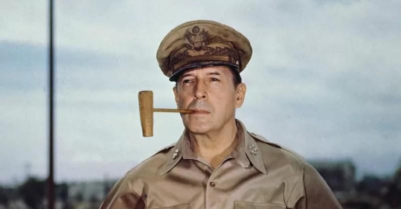General MacArthur ähnelt einem bestimmten US-amerikanischen Schauspieler.