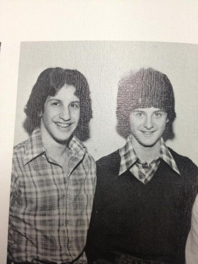 Zwei junge Männer in den 70ern sind zwei berühmten Schauspielern zum Verwechseln ähnlich.