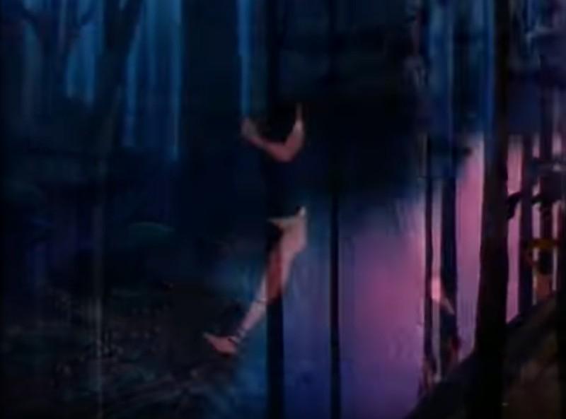 Pocahontas rennt durch Wald