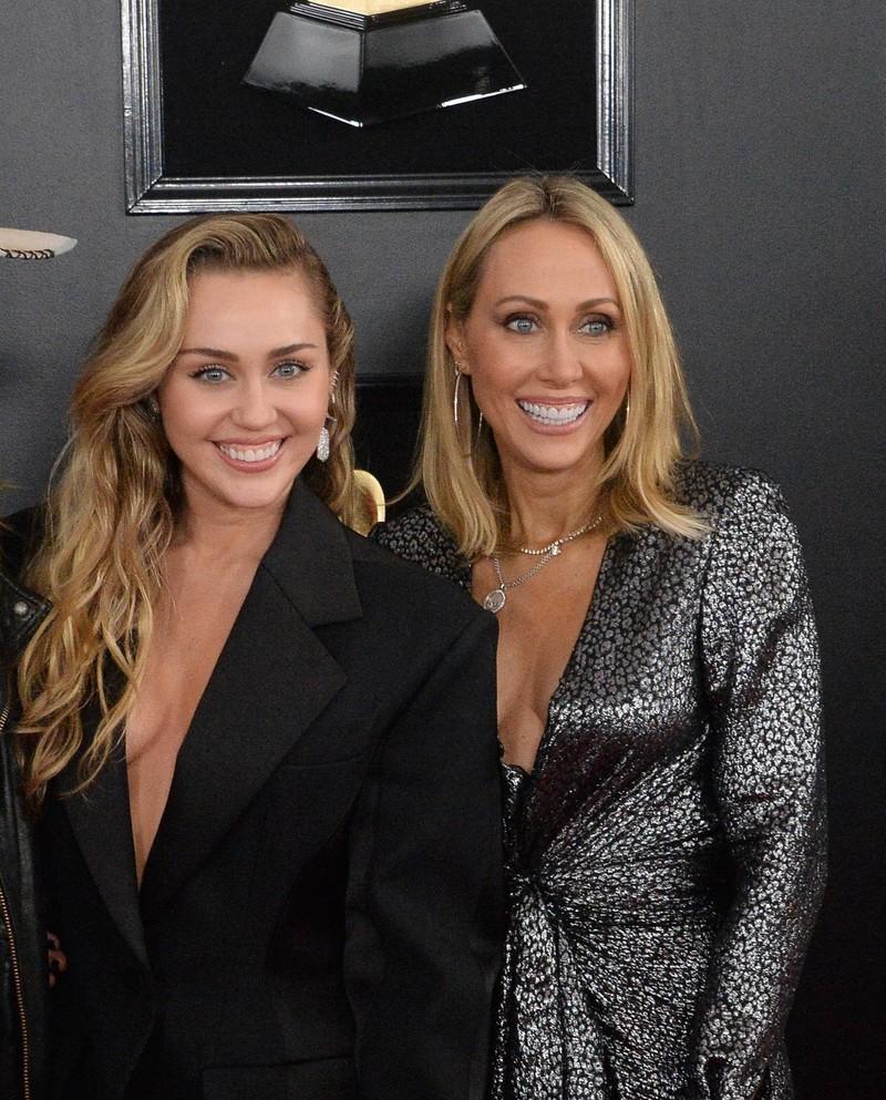Miley Cyrus sieht mittlerweile eins zu eins wie ihre Mutter Tish aus.