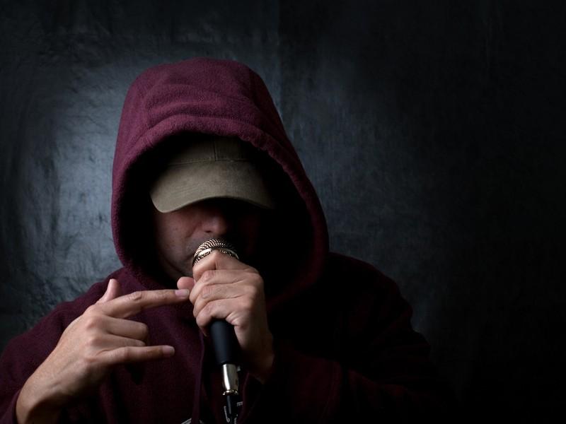 Ein Rapper singt in ein Mikrophon