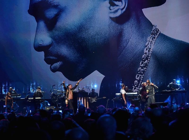 EIn Tribute-Konzert zeigt Tupac im Hintergrund