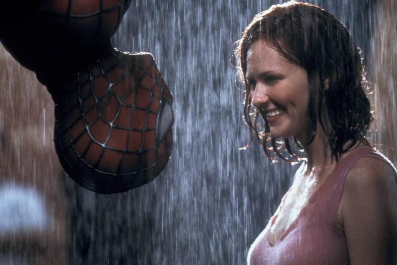 """In """"Spider-Man"""" empfand Tobey McGuire den Kuss als eher unangenehm, da er kopfüber hing und ihm der Regen in die Nase lief."""