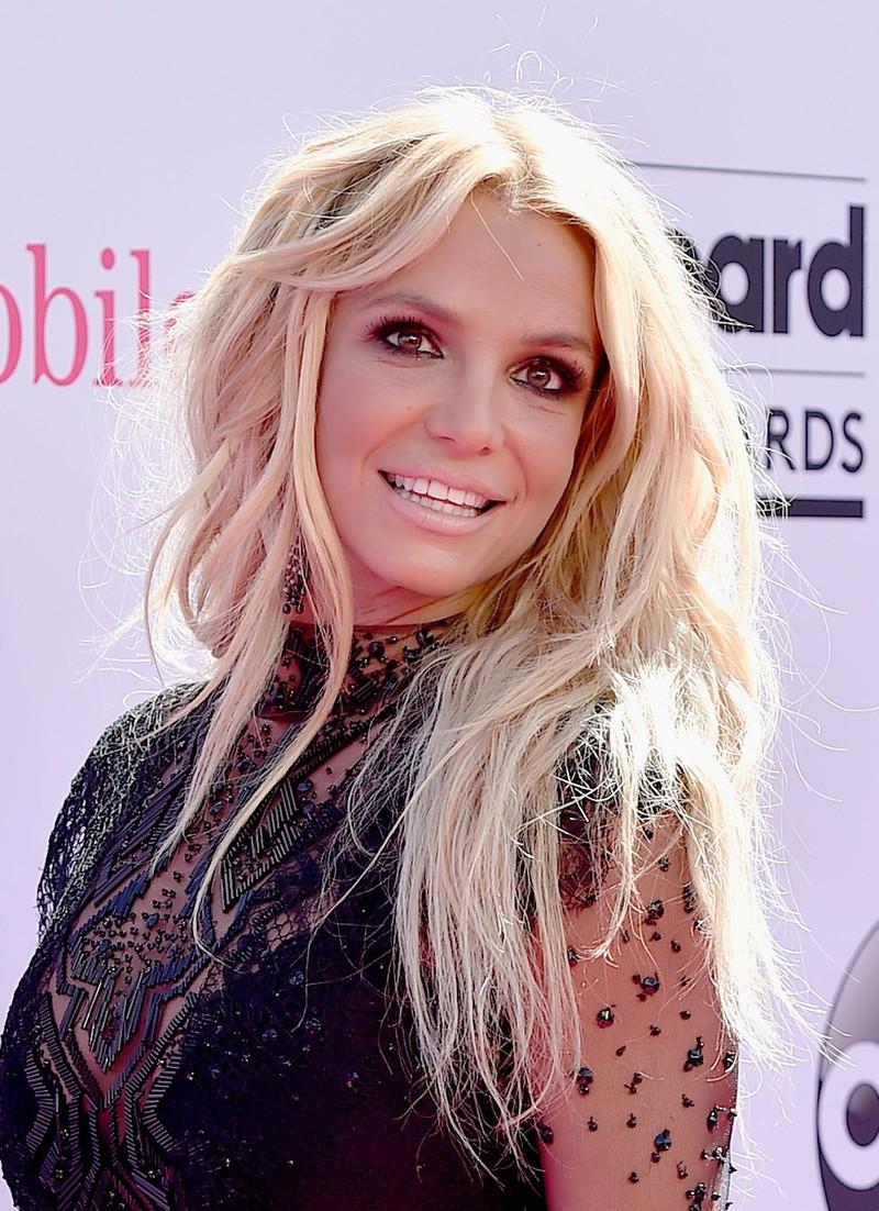 Man erkennt Britney Spears, die 2007 in eine Entzugsklinik und 2019 in eine psychatrische Einrichtung eingeliefert wurde