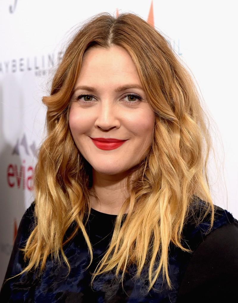 Man sieht Drew Barrymore, und man weiß, dass sie mit 13 Jahren in eine Entzugsklinik von ihrer Mutter eingewiesen wurde