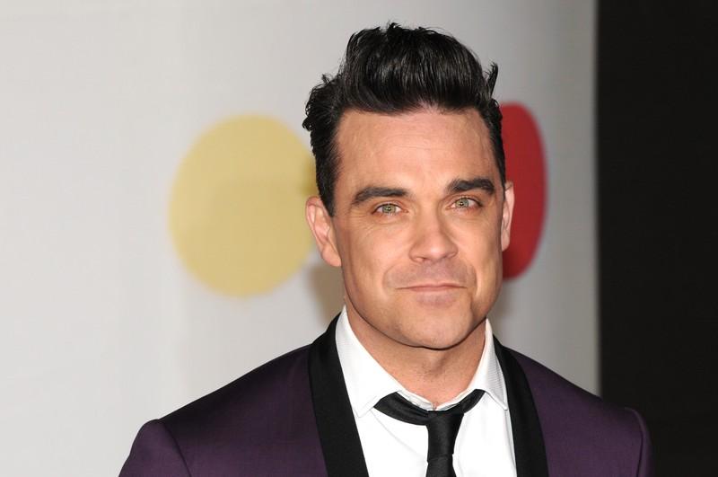 Man sieht Robbie Williams, der selbst mal Drogen- und Medikamentenabhängig war und in eine Entzugsklinik eingewiesen wurde