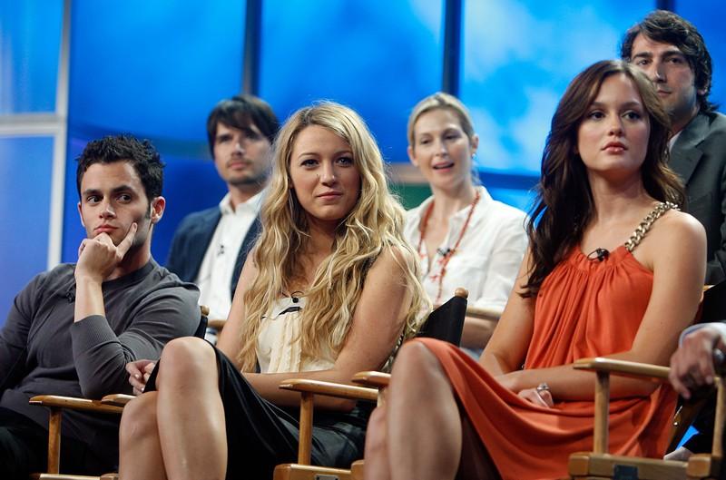 Zu sehen sind die Darsteller von Gossip Girl und Dan Humphrey, der laut Autor nicht Gossip Girl sein sollte.
