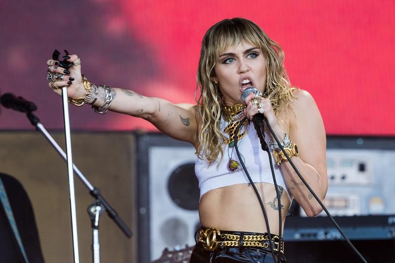 Man sieht Miley Cyrus, wie sie in das Mikrophon brüllt. Und völlig erwachsen und verrucht erscheint