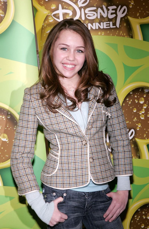 Man sieht Miley Cyrus mit 14 Jahren, als sie in Hannah Montana mitspielte und zum Disney-Star wurde