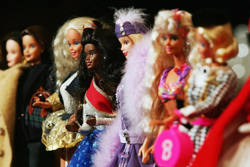 Verschiedene Barbie-Puppen, mit denen man als Kind zum Teil verrückte Szenarien kreiert