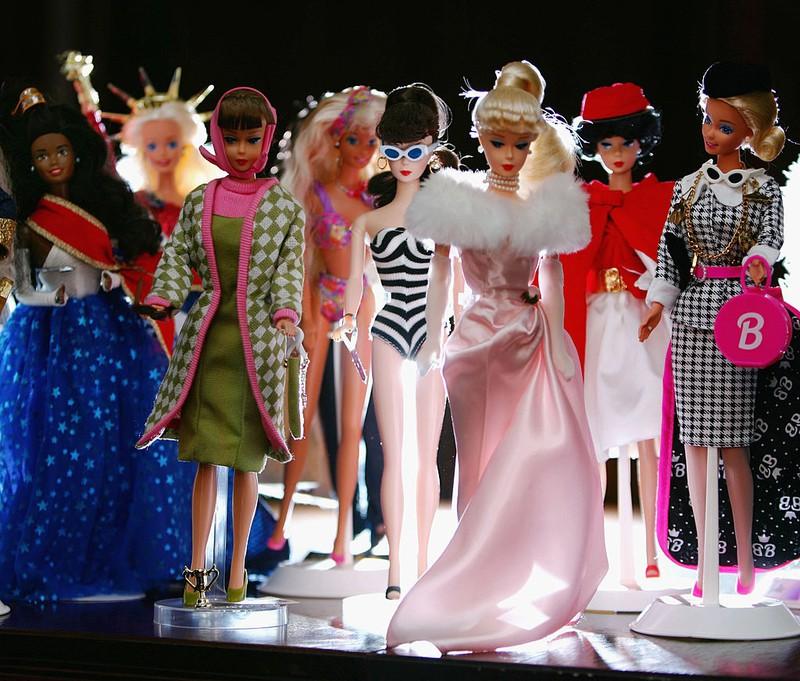 Verschiedene Barbie-Puppen, mit denen Kinder manchmal merkwürdige Sachen getan haben