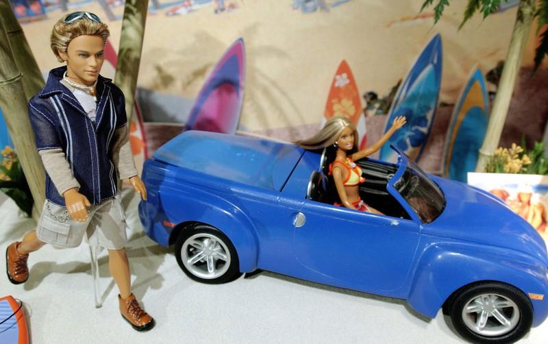 Eine Barbie cruist mit Surferboy Blaine