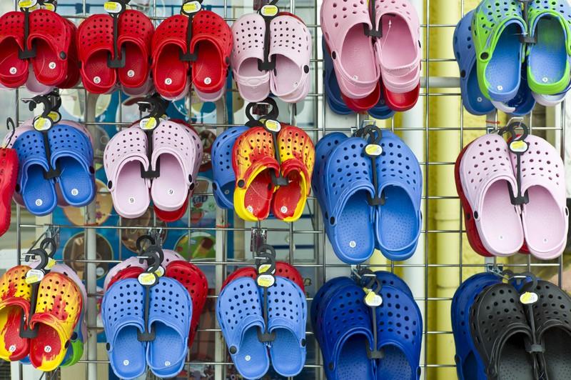 Ein Schuhladen verkauft Crocs