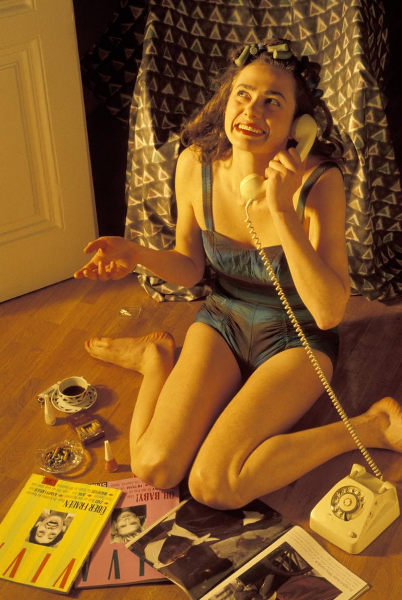In den 2010ern hat man noch mit Festnetztelefonen miteinander telefoniert.