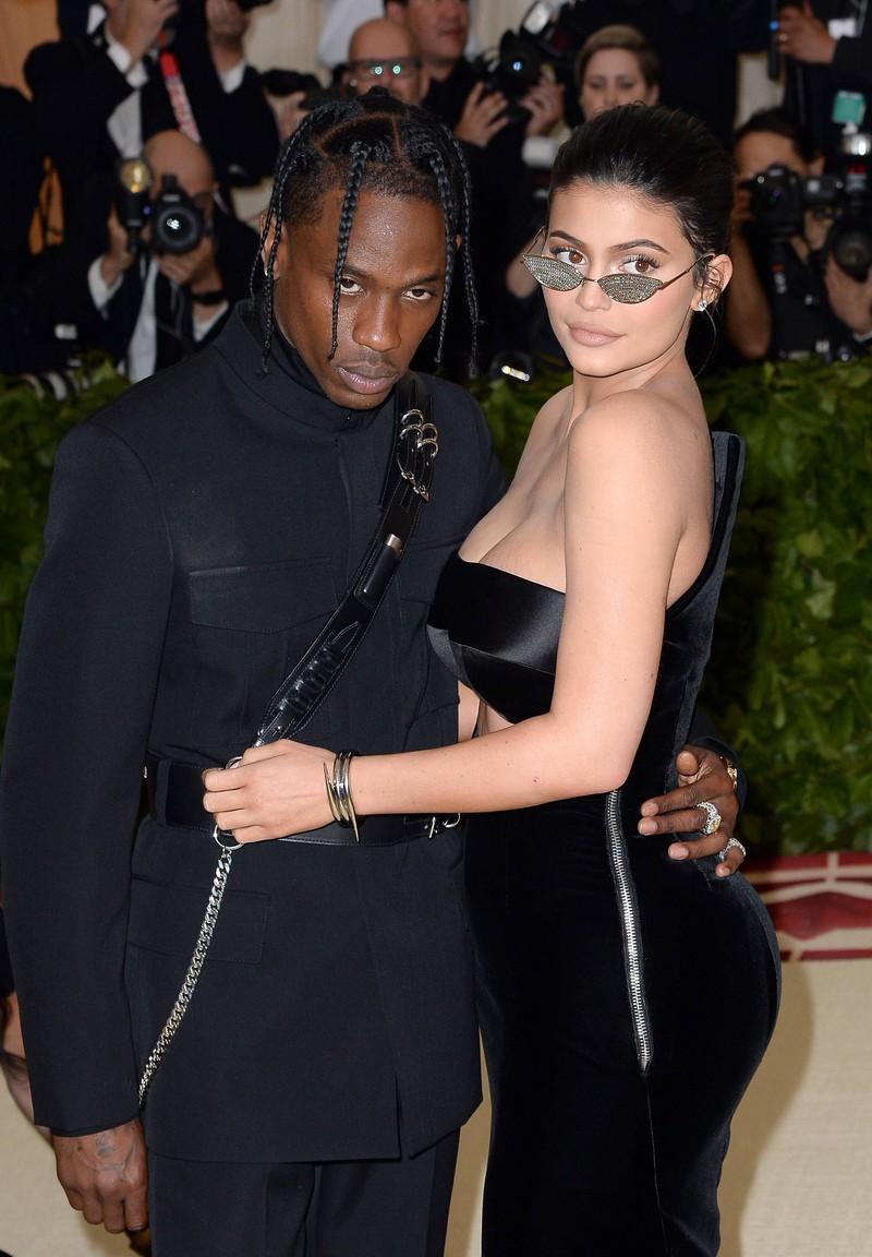 Kylie Jenner 2018 mit ihrem damaligen Partner Travis Scott: Sie trägt eine winzige Sonnenbrille