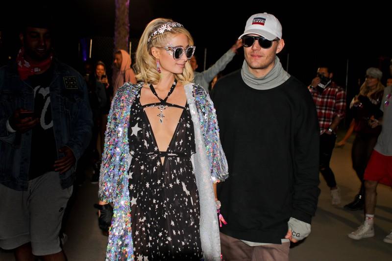 Paris Hilton beim Coachella: Sie trägt einen Blumenkranz