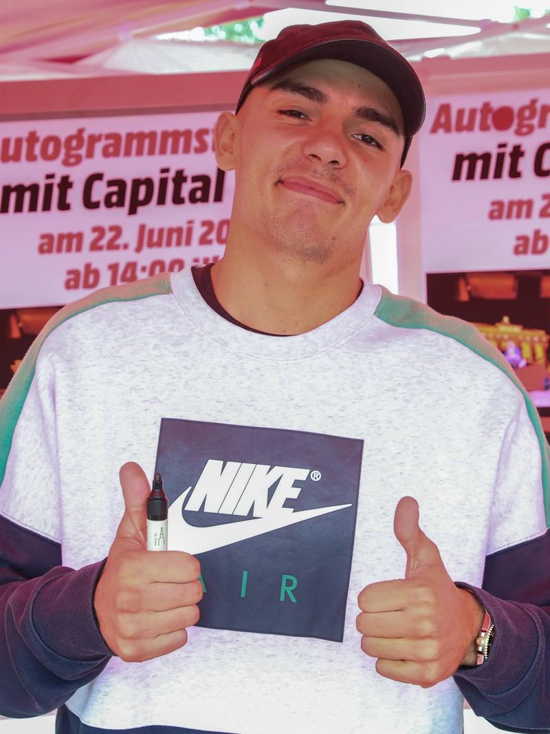 Capital Bra hörte nach der 9. Klasse mit der Schule auf und wurde mit 22 zu einem der erfolgreichsten deutschen Rappern.