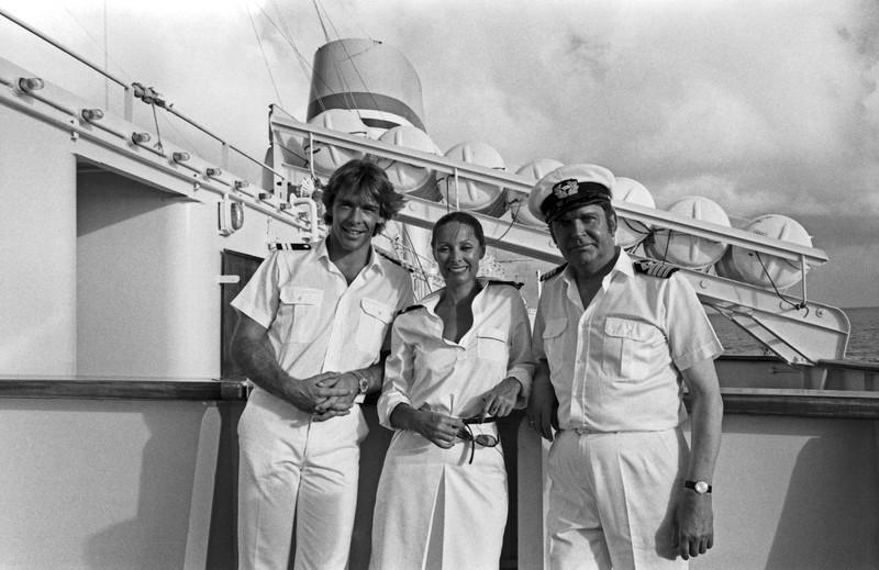 Die drei Traumschiff-DarstellerInnen vor der Filmkulisse.