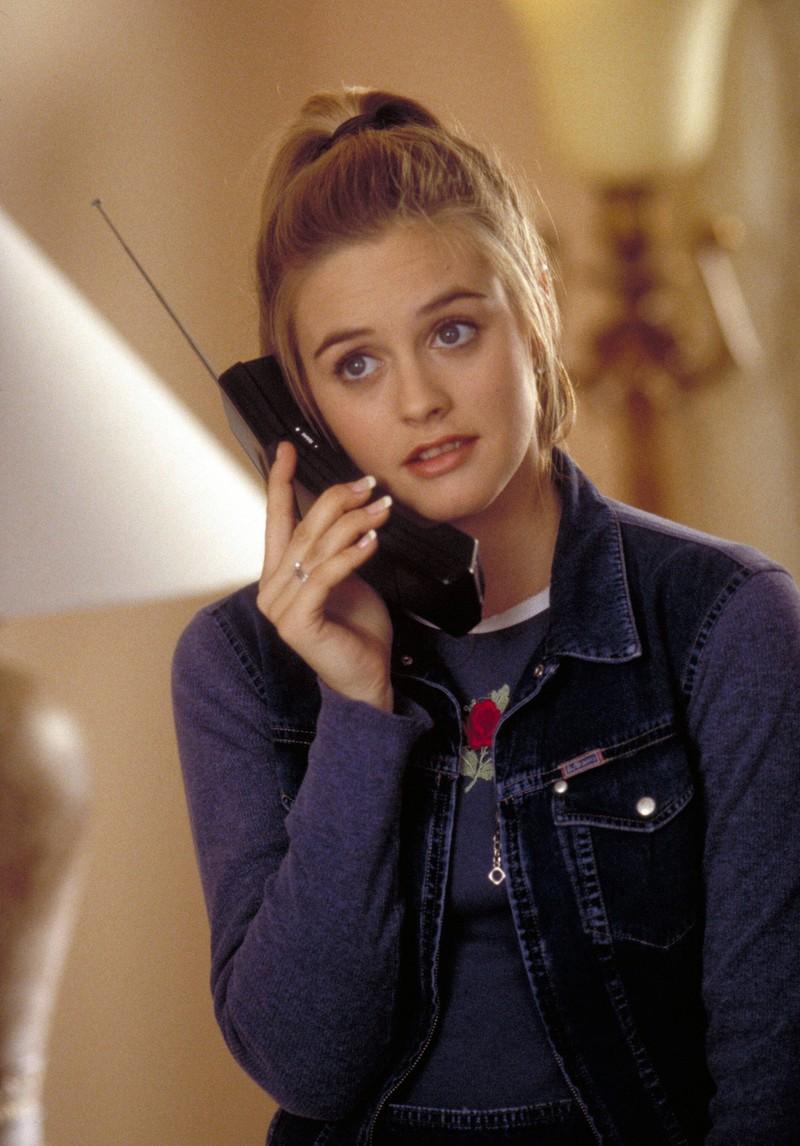 Cher von Clueless telefoniert mit ihrem alten Telefon mit Antenne, was für Millennials unvorstellbar wäre