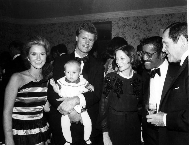 Throwback: Erkennst du die Stars auf den alten Bildern von früher? Paris Hilton in den Armen ihres Vater Rick
