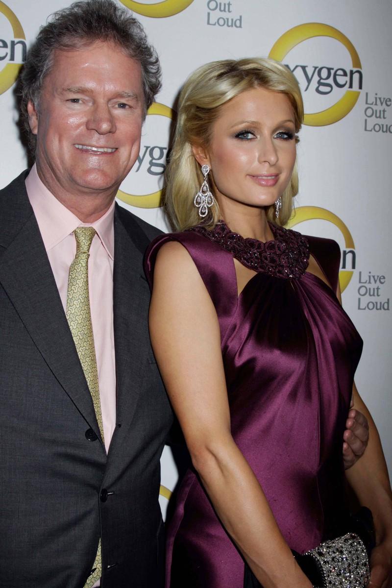 Throwback: Erkennst du die Stars auf den alten Bildern von früher? Paris Hilton mit ihrem Vater Rick 2011
